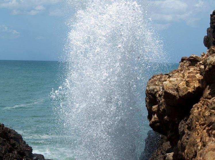 Fotka mořského gejzíru Blow Hole, který rozhodně zařaďte mezi vaše výlety na jihu Srí Lanky