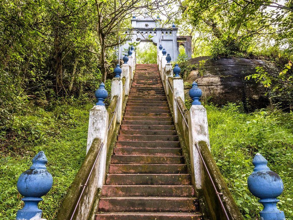 Návšteva skalního chrámu Mulkirigala patří mezi oblíbené výlety na jihu Srí Lanky.