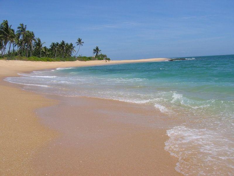 Fotka písečné pláže Medilla s tyrkysovým mořem v Tangalle u Tropical Garden