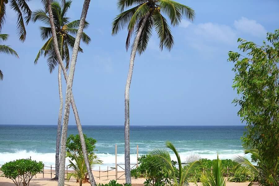 Fotka ubytování na Srí Lance a výhled na moře z balkonu